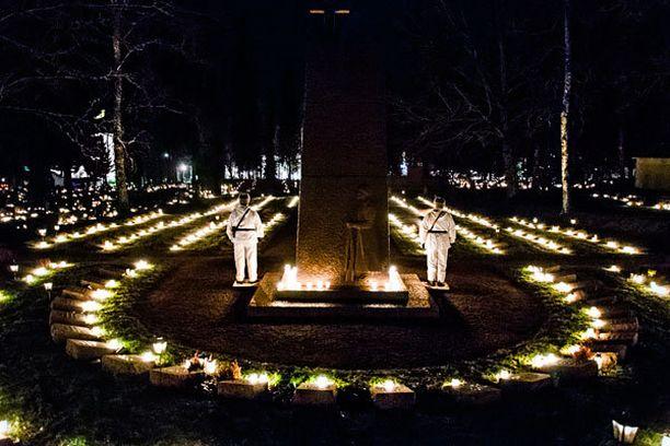 Jouluaattona 2012, vain muutama päivä ennen Tapaninpäivän myrskyjä ja pitkäaikaisia sähkökatkoja, oli Tammelan lumettomalla, mutta tuulisella hautausmaalla ja sankarihaudoilla hiljaista.