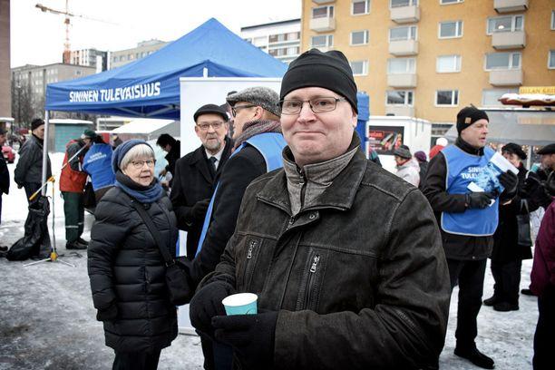 Työministeri Jari Lindström uskoo sinisen tulevaisuuden alle kahden prosentin gallupsuosion paranevan vain perustyöllä ihmisten keskellä. Lindström osallistui itse puolueen toritapahtumaan Tampereella lauantaina.