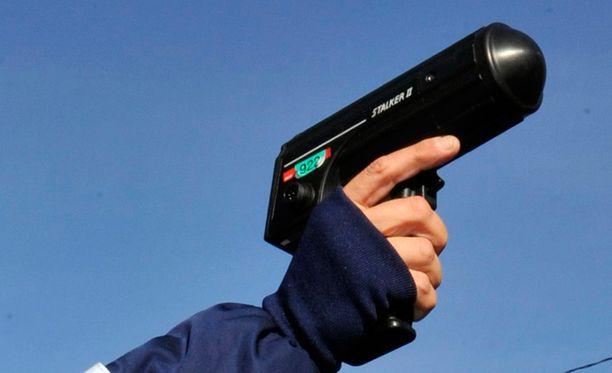 Pohjois-Pohjanmaan poliisipartio käytti Stalker II MDR -mallista käsivaraista tutkaa. Hovioikeudessa puhuneiden todistajien mukaan laite on varmatoimisempi kuin eräät entiset mallit.
