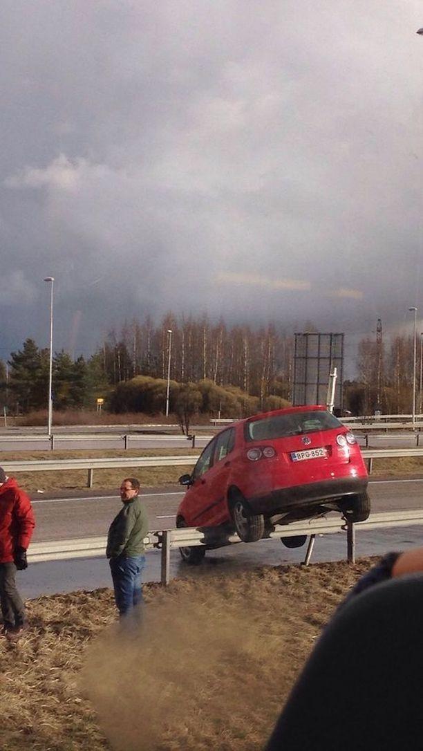 Henkilöauto ei pysynyt ajoradalla, vaan se nousi kaiteen päälle Tuusulanväylällä lauantaina alkuillasta.