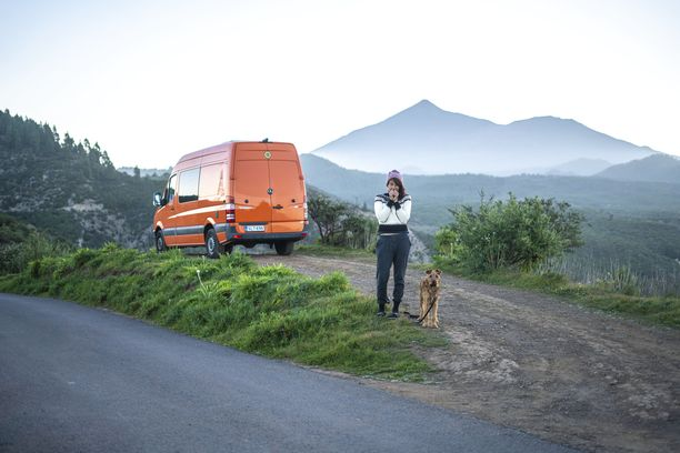 Kuvassa Aino Huilaja koiransa ja Ranssiksi kutsumansa pakettiauton kanssa.