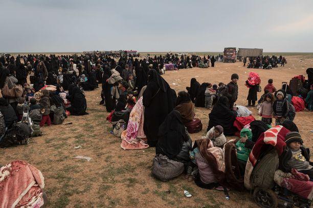 Kurdijoukot veivät helmikuussa naisia ja lapsia Baghozista Al Holin leirille.