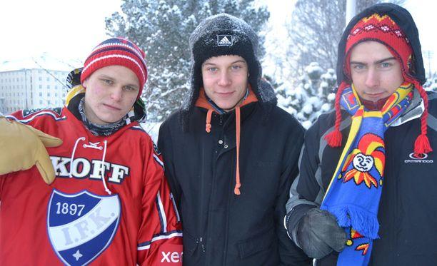 Lauri (vas.), Kalle (keskellä) ja Olli saapuivat Talviklassikkopeliin Haminasta.