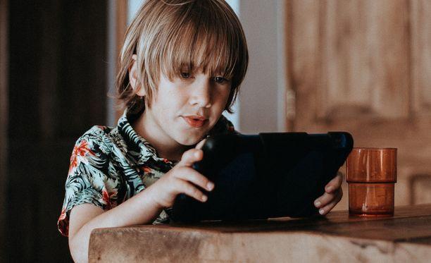 Laki ei sano mitään siitä, minkä ikäinen lapsi voi olla yksin kotona. Vanhempien pitää tuntea lapsensa, eikä pelkäävää lasta saa pakottaa, painottaa psykologi Hannele Törrönen.