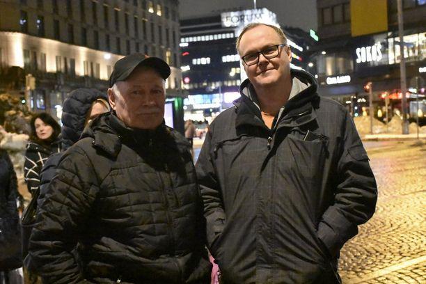 Stig Wetzell (vas.) ja Mikko Juusti olivat varautuneet turvautumaan taksikyytiin, mutta jonon pituus hieman yllätti.