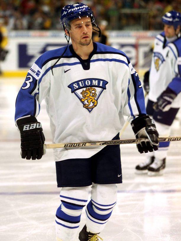 Tonyt Virta voitti omalla pelaajaurallaan MM-hopeaa ja -pronssia. Kuva hopeamitaliin päättyneistä vuoden 2001 MM-kisoista.
