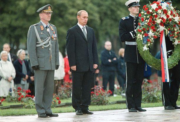 Putin kunnioitti Suomea valtiovierailulla vuonna 2001. Samalla presidentti vieraili marsalkka Mannerheimin haudalla.