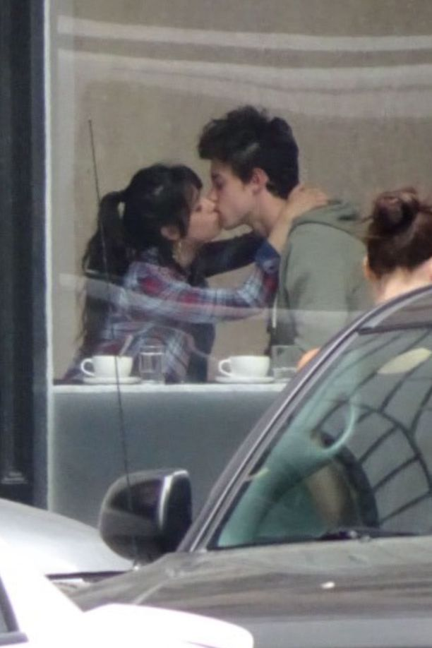 Laulajat innostuivat pussailemaan San Franciscossa sijaitsevassa kahvilassa.