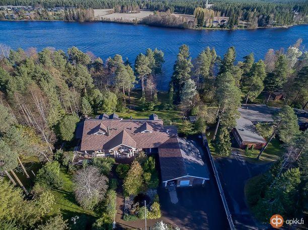Koti sijaitsee aivan Oulujoen rannalla. Tonttia on 2774 neliötä.