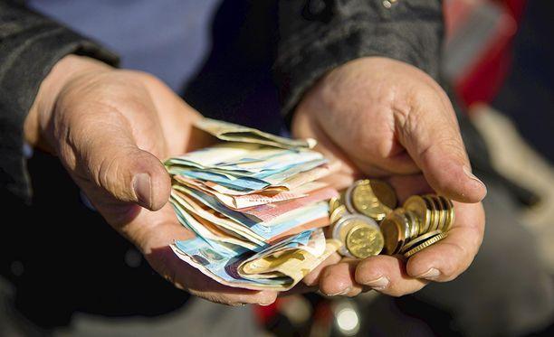 Suomen Asiakastieto Oy:n rekisterissä olevilla henkilöillä on nyt keskimäärin 15 maksuhäiriömerkintää.