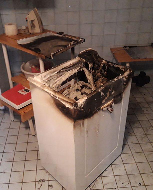 Asukas otti pesukoneen töpselin irti seinästä ja yritti sammuttaa paloa bideen vesisuihkulla.
