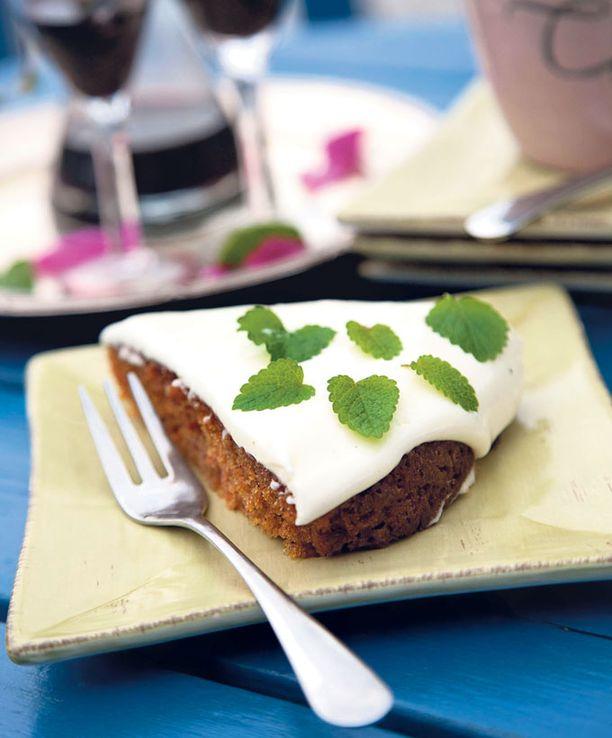 Porkkanakakku on yksi Farmors Cafén kuuluisan kakkupöydän herkuista.