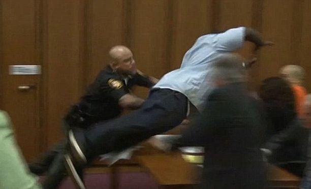 Sureva isä ei pystynyt hillitsemään itseään oikeuden istunnossa, vaan hän hyökkäsi tyttärensä tappajan kimppuun.
