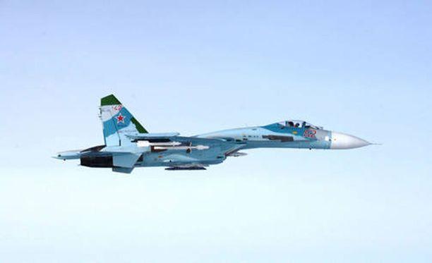 Suomen puolustusvoimat julkaisi perjantaina Twitterissä kuvan venäläisestä SU-27-hävittäjästä, jonka epäillään loukanneen Suomen ilmatilaa torstai-iltapäivänä.