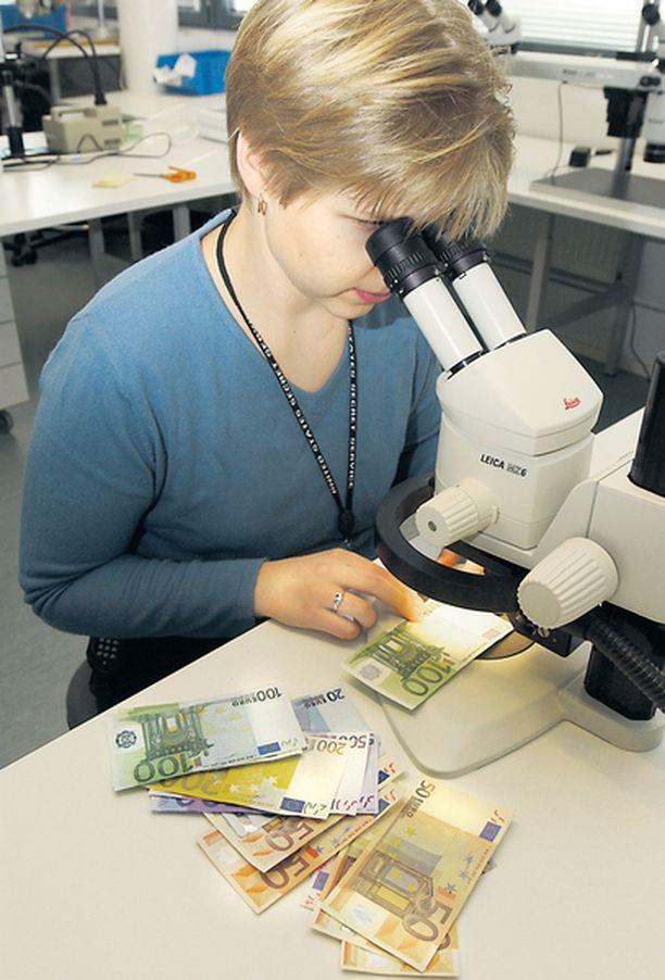 LABORATORIO. Väärennetyiksi epäillyt setelit tutkitaan keskusrikospoliisin rikosteknisessä laboratoriossa.