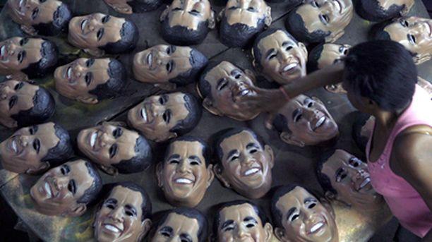 Presidentti Barack Obamaa esittävät naamarit tekevät kauppaansa Riossa.