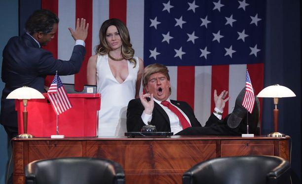 Mikko Penttilän Donald Trump -hahmo nauratti vuoden 2017 Putouksessa. Minka Kuustonen näytteli kyseisessä sketsissä Melania Trumpia, Ernest Lawson puolestaan Barack Obamaa.