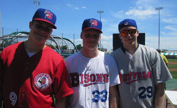 Jesse Puljujärvi, Olli Juolevi ja Patrik Laine vetivät baseball-vermeet päälle.