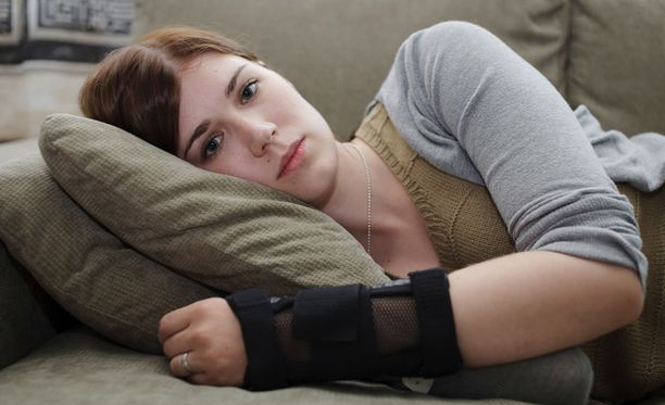 AVUSTAJA TARPEEN – Tulee kramppeja, joita en saa itse laukaistua vaan pitää olla henkilökohtainen avustaja, joka kiskoo raajat paikoilleen, Laura kuvailee.