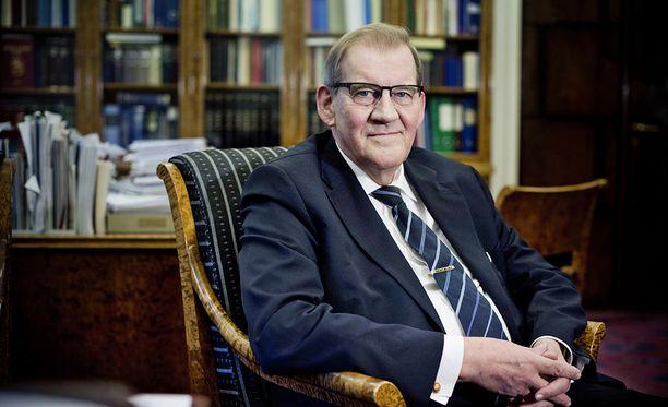 Eduskunnan entinen pääsihteeri ja Supon ex-päällikkö Seppo Tiitinen oudoksuu tiedusteluvaltuutetulle suunniteltuja toimivaltuuksia.