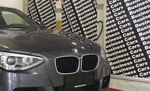 """Helsingin Länsisatamassa toimineen Business Carsin epäillään lainvastaisesti """"haamukatsastaneen"""" maahantuomiaan laatuautoja."""