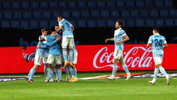 Celta Vigon pelaajat juhlivat maalia Granadaa vastaan.