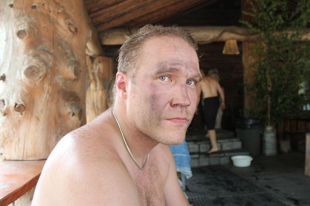 Laukaalainen Kari Mylläri löylytteli ensimmäistä kertaa maailman suurimmassa savusaunassa.