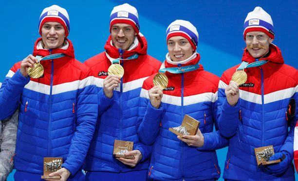 Näitä meillä riittää! Daniel Andre Tande, Andreas Stjernen, Johann Andre Forfang ja Robert Johansson esittelevät joukkuemäen kultamitaleita.