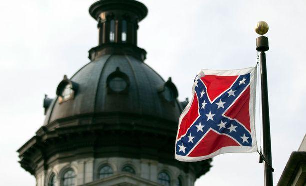 Moni pitää etelävaltioiden lippua orjuuden ja rotusorron symbolina.