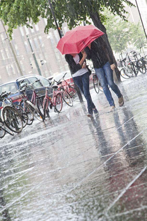 Pilvistä ja monin paikoin sadetta tai sadekuuroja, mahdollisesti myös ukkosta. Näin kertoo Ilmatieteen laitos torstain säätilasta.