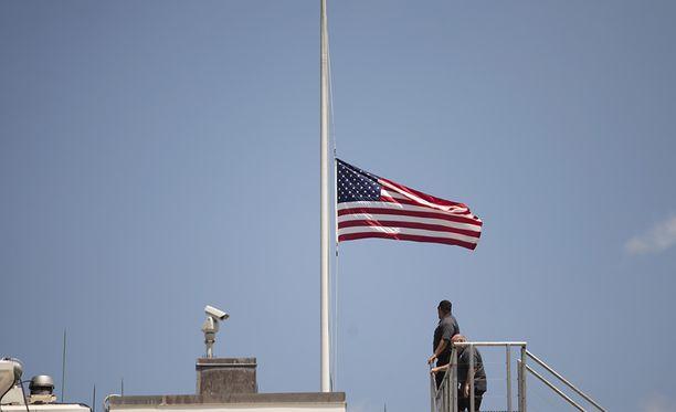 Valkoisen talon lippu laskettiin puolitankoon iskun takia.