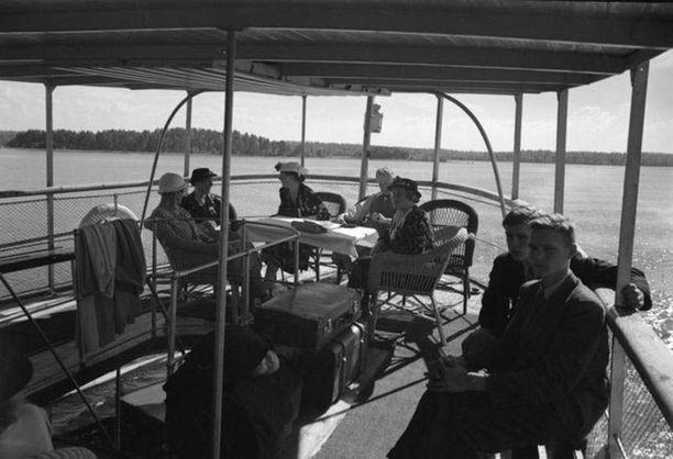Matkustajia kannella matkalla Savonlinnasta Viipuriin. Kuva 30-luvulta.