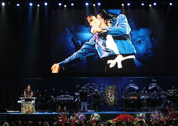 Jacksonin hautajaisia seurasi yli miljardi tv-katsojaa. Myöhemmin laulajan perhe piti yksityisen muistotilaisuuden.
