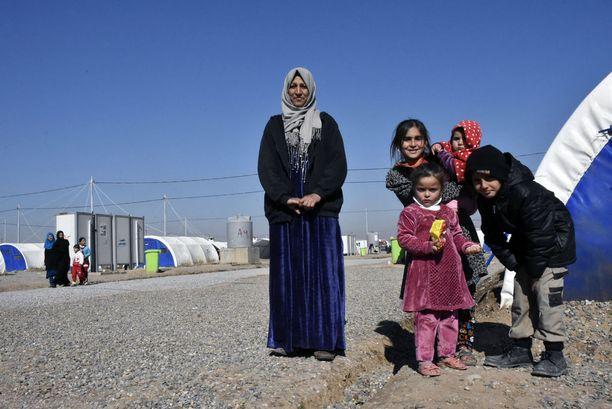 Hanaa ja hänen tuttaviensa lapsia tulivat kertomaan elämästään leirillä.