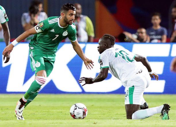 Liverpoolin Riyad Mahrez (vas.) ja Manchester Cityn Sadio Mané taistelevat nyt Afrikan mestaruudesta.
