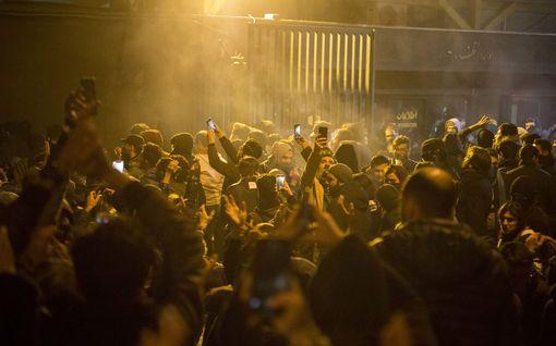Iran pidätti Britannian suurlähettilään lauantain mielenosoituksissa – Britannian ulkoministeri tulistui