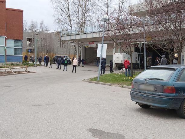 Jono jatkui Päivin mukaan kulttuurikeskus Stoan (kuvassa vasemmalla) nurkan taakse.