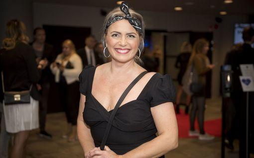 Ravintoloitsijaksi siirtynyt Kaisa Liski säteili iloisena syntymäpäiväjuhlissa – syyttää kiinteistöalaa sikamaisuudesta