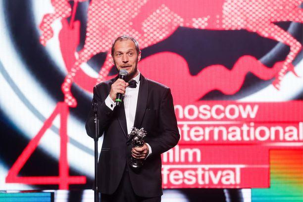 Aleksi Salmenperä nouti Tommi Korpelan palkinnon parhaasta miespääosasta.