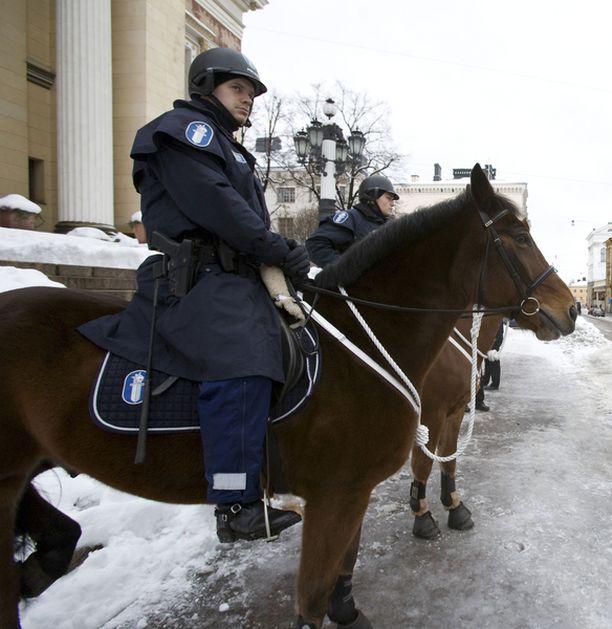 Poliisi voi valvoa myös hevosen selästä.