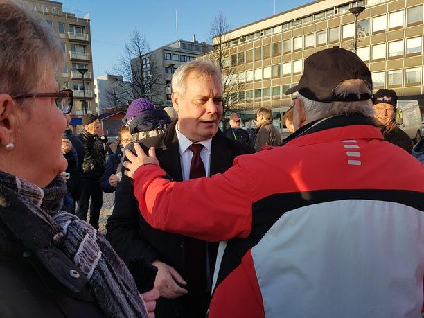 Äänestäjä osoitti Antti Rinteelle tukensa torilla.