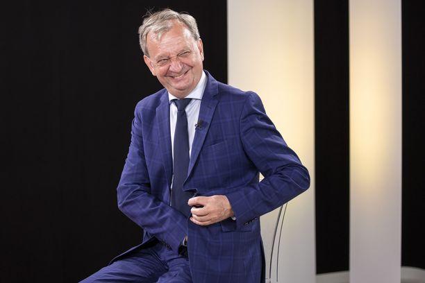 Harry Harkimon johtama liike nytin puoluehallitus erotti puolueesta kaksi espoolaista. Jupakkaan kytkeytyy mutkan kautta myös Timo Soinin erottaminen Espoon sinisistä.