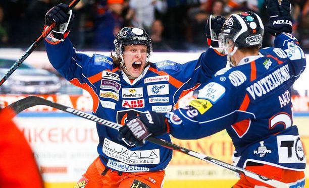 Patrik Laine oli pysäyttämätön SM-liigan pudotuspeleissä. Mestaruuden ratkettua Laine saikin joukkueensa johtavalla pelaajalle myönnettävän Jari Kurri -palkinnon.