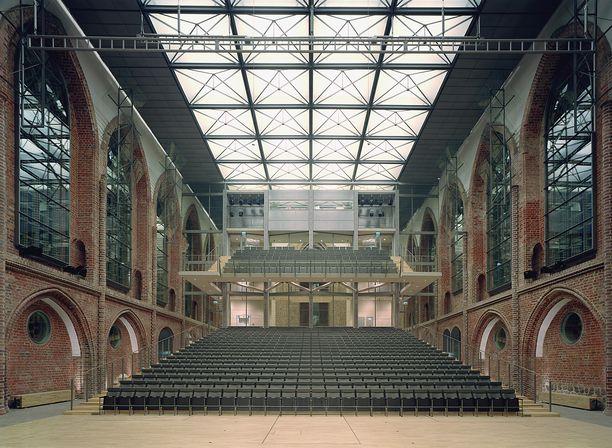 Salminen suunnitteli sodassa vaurioituneeseen goottilaiseen kirkkoon Neubrandenburgissa Saksassa 1000 hengen konserttisalin. Kohde sai Saksan arkkitehtuuripalkinnon.