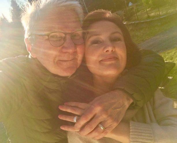Pari meni kihloihin mökillä viime syksynä. Heitä yhdistää rakkaus ulkoilmaan.