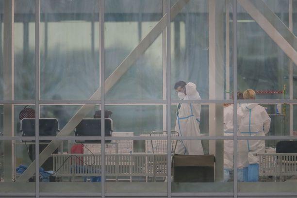 Sairaanhoitohenkilöstö käyttää suoja-asuja koronapotilaita hoitavassa Kommunarkan sairaalassa Moskovassa.