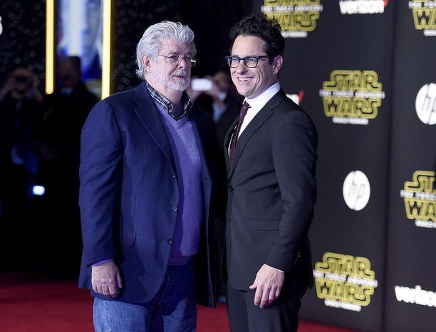 Ohjaaja J. J. Abramsilla (oik.) oli niin kovat paineet uuden Tähtien sota -elokuvan ohjaamisessa, että hänen kerrotaan jääneen hermolomalle Abu Dhabin kuvausten jälkeen. Vierellä Tähtien sota -maailman luonut ohjaaja-tuottaja George Lucas.
