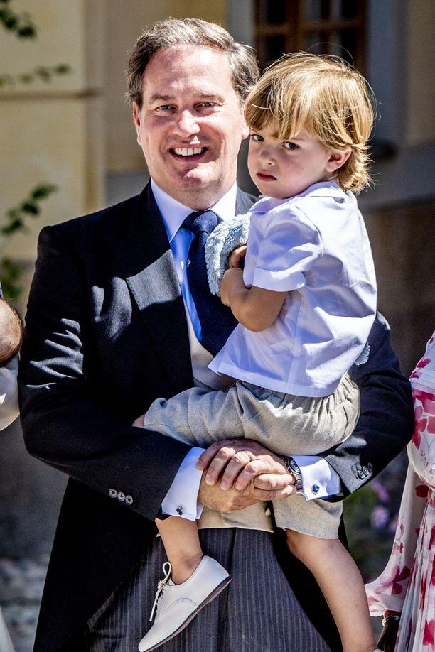 Pikkuprinssi osallistui siskonsa Adriennen kastajaisiin. Kuvassa myös isä Chris O'Neill.
