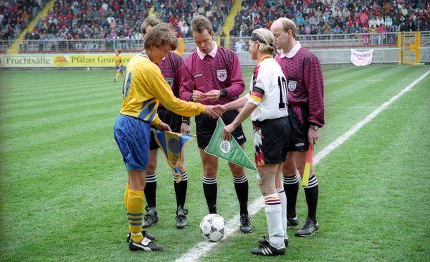 Lena Videkull (vas.) pelasi yhden kaikkien aikojen ruotsalaisista jalkapallourista.