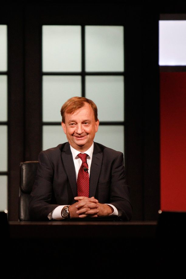 Hjallis Harkimo isännöi Diili-ohjelmaa.